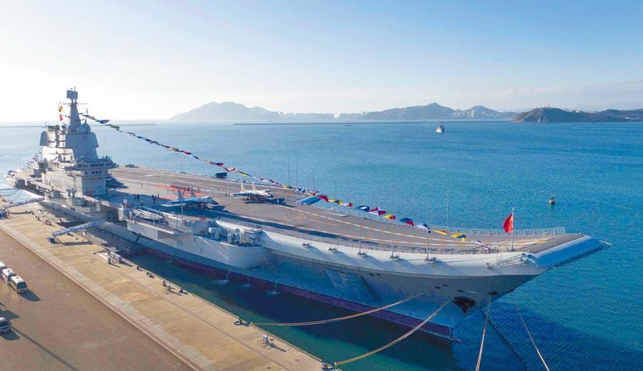12月17日,大陸第一艘國產航母山東艦在海南三亞某軍港交付海軍。(新華社)