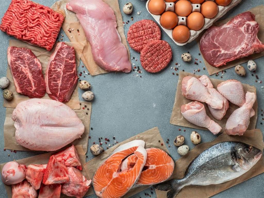 許多人覺得清淡飲食能避免膽固醇過高,不過醫師表示,吃雞蛋是沒問題的,重點是吃這些食物,會使肝臟合成膽固醇的量提升,才導致膽固醇過高。(圖/Shutterstock)