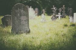 2歲童怨「父母不回家」 呆坐墓前照網淚崩