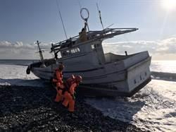 漁船深夜擱淺 海巡協助救援脫困