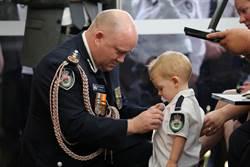 不忍!澳大火義消殉職 1歲半兒咬奶嘴代領勳章