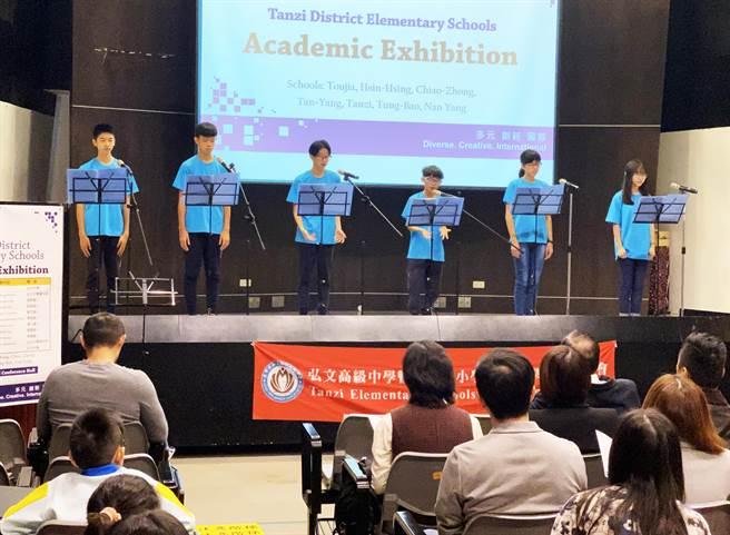 學生上台發表學習成果,以全英語呈現。(王文吉攝)