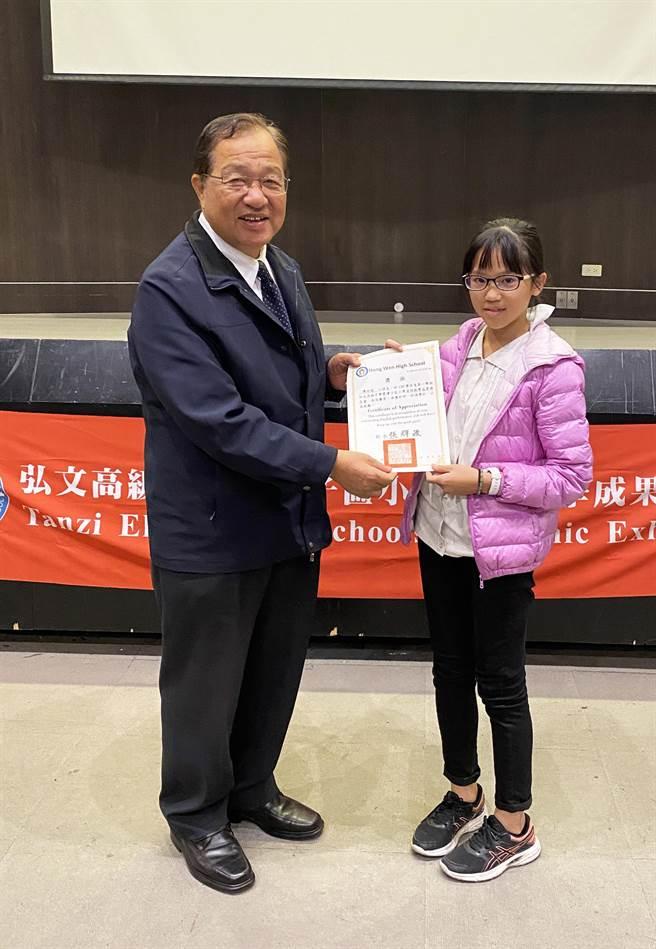 弘文中學校長張輝政(左)致贈獎狀,鼓勵參與成果發表會的學童。(王文吉攝)