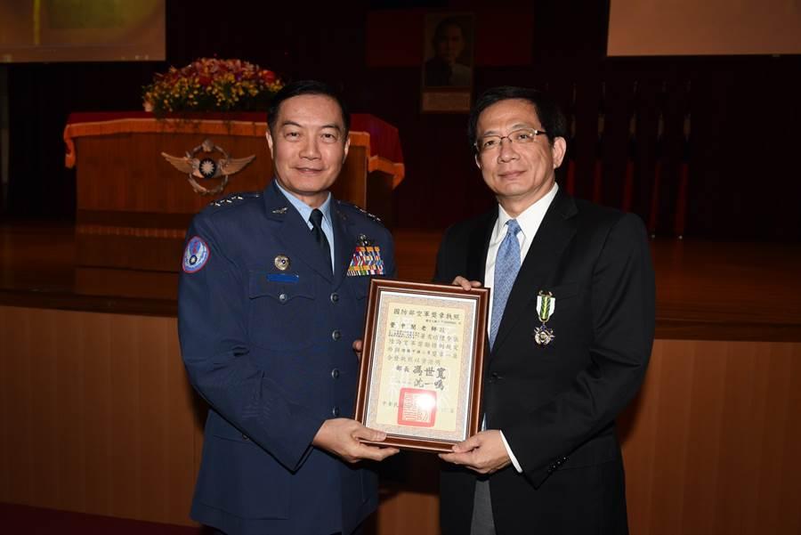 參謀總長沈一鳴(左)不幸罹難,台大校長管中閔(右)也在臉書發文悼念 (圖/翻攝自管中閔臉書)