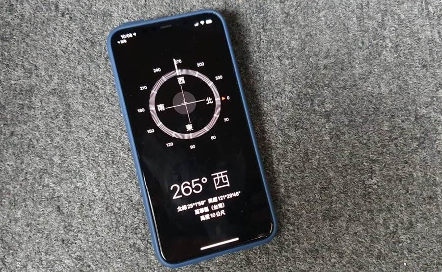 iPhone 內建指南針在遭遇急難事件時,可讓你快速分享座標資訊,協助救難人員找尋到你精確的位置。(黃慧雯攝)