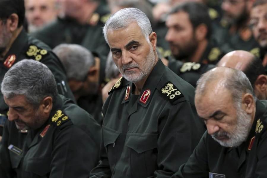據伊拉克電視報導,巴格達國際機場遭遇火箭攻擊,造成伊朗革命衛隊「聖城軍」將領蘇萊曼尼喪命,消息一出國際油價大漲4%。圖為蘇萊曼尼。(美聯社)