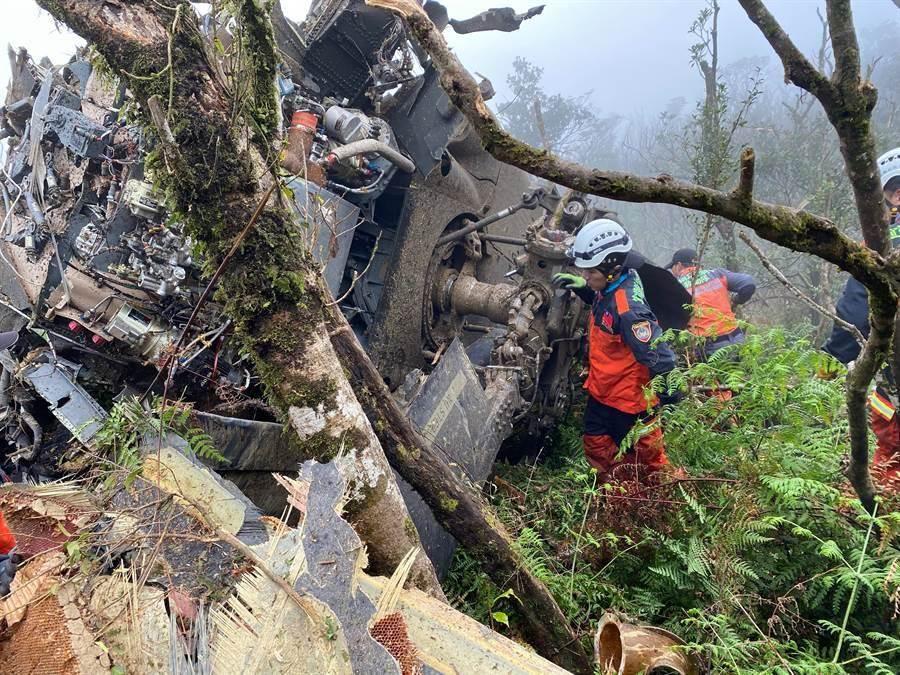 載滿包括參謀總長沈一鳴等高階軍官的UH-60M黑鷹直升機2日發生迫降意外,導致沈一鳴等8人罹難,5人生還。圖為失事的黑鷹直升機。(消防署提供)