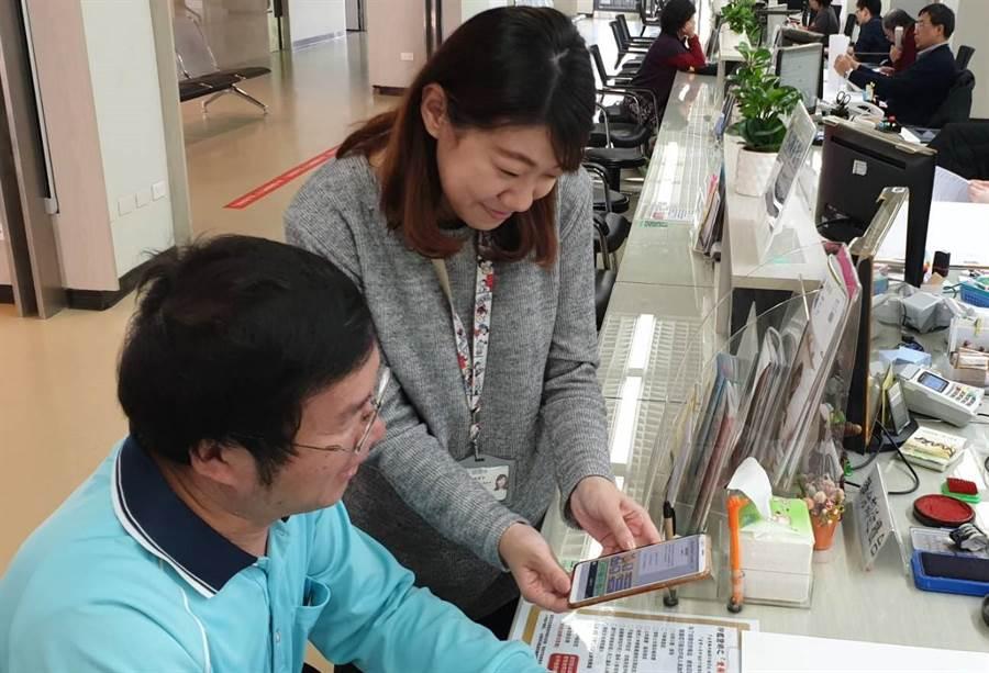 第四代龍潭智能小戶上線,讓民眾直接在Line上面即可獲得初步指引。(邱立雅攝)