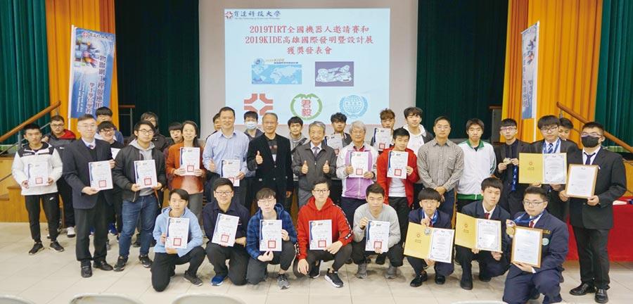 育達科大、君毅高中、世界高中參加國際級全能機器人及高雄發明設計競賽,獲獎師生大合照。 圖/育達科大提供