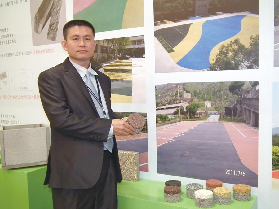 強笙工程公司董事長楊敏政表示,「蜂巢狀透水混凝土」,具有透氣、透水和重量輕的特點,減少環境負荷,也可根據需要設計相關的圖案,與環境相結合。圖/李水蓮