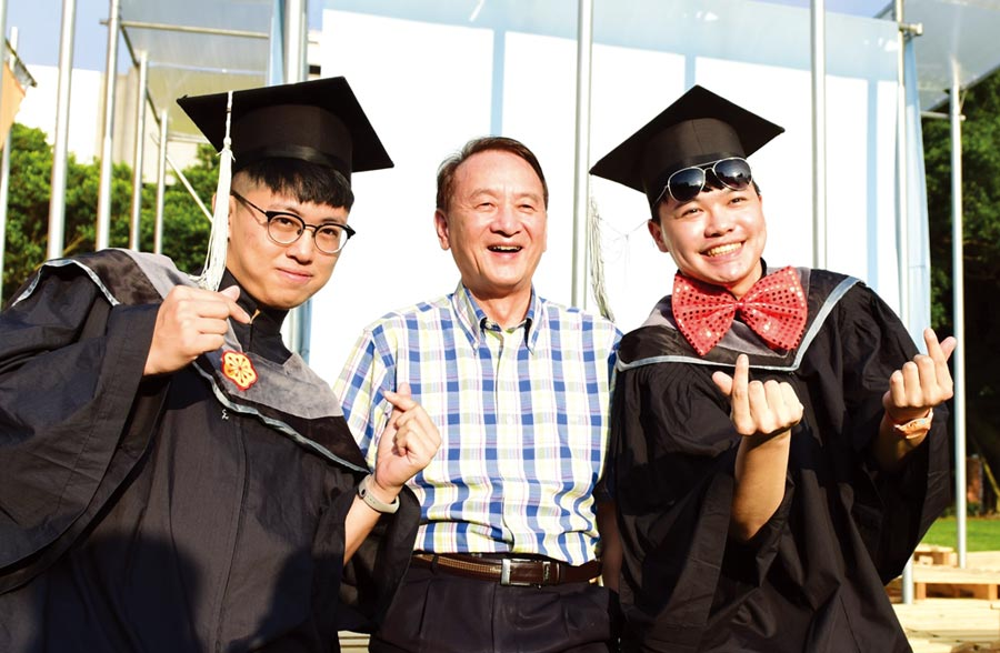 中原大學註冊率、就學穩定率榮獲雙料第一,校長張光正(中)以中原人的表現為榮。圖/中原提供