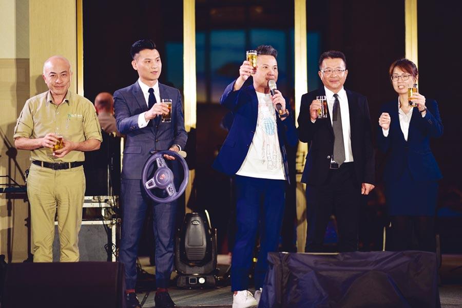 丞石建築董事長彭智祺(中)率領團隊感謝客戶的支持與信任。圖╱江富滿
