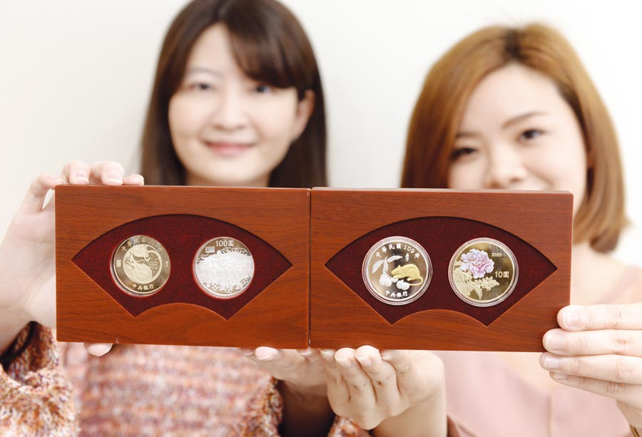 中央銀行2日宣布「庚子鼠年生肖紀念套幣」自1月14日起,在臺灣銀行各分行開賣。圖/王德為