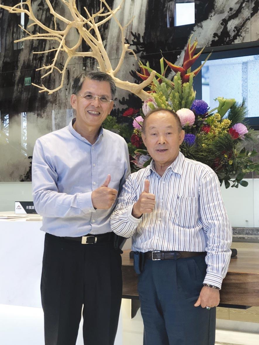 寶元紀企業董事長蔡其建(右)與精湛建設總經理陳志聲在全新落成的頂級商辦大樓合影。圖/王妙琴