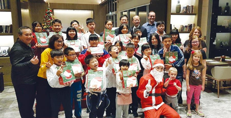 『順天環匯酒店』於2019年再度邀請『一粒麥課輔班』的師生一同於耶誕節前夕,於飯店一樓大廳及餐廳舉辦感恩餐會。圖/王妙琴