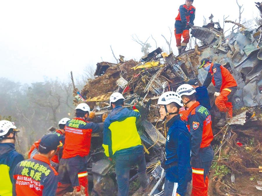 搜救人員抵達黑鷹直升機失事現場,只見嚴重扭曲變形的機體殘骸。(宜蘭縣政府消防局提供/胡健森宜蘭傳真)