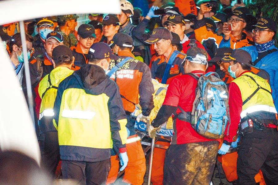 編號933黑鷹直升機昨在宜蘭、新北山區失事,中將黃佑民等人先後被運抵宜蘭端登山口,再由救護車送往醫院。(李忠一攝)