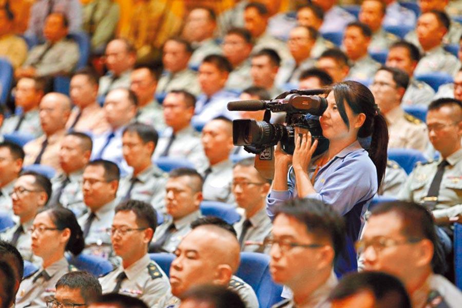 軍聞社新聞士陳映竹(拿攝影機者)在黑鷹失事後透過軍聞社LINE群組回報,是第一位發出求救訊息的人。(軍聞社提供)