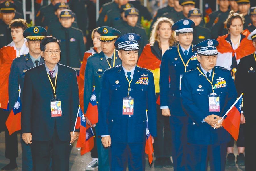 中華民國109年元旦升旗典禮1日在總統府前登場,國防部長嚴德發(前排左)、參謀總長沈一鳴(前排中)及軍方高階將領出席。(黃世麒攝)