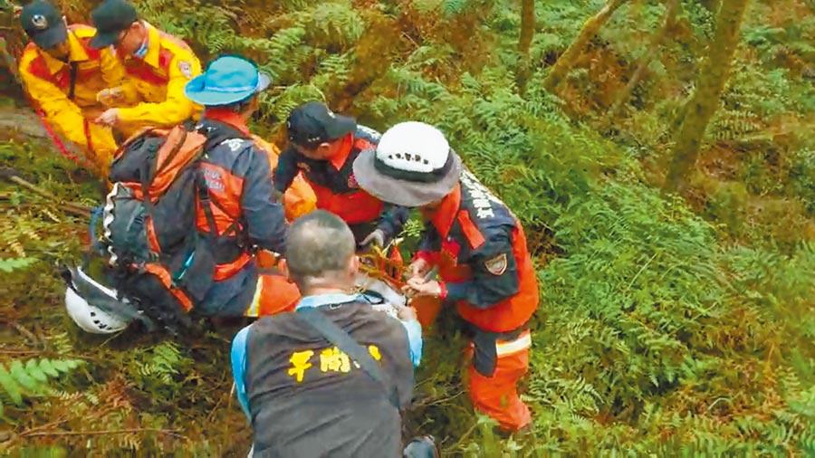 搜救人員正小心翼翼地將罹難者遺體運送出山區。(宜蘭縣政府消防局提供/胡健森宜蘭傳真)