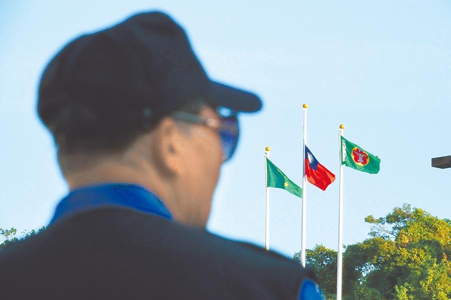 為哀悼黑鷹直升機死難軍士官,國防醫學院2日下午降半旗。(黃子明攝)