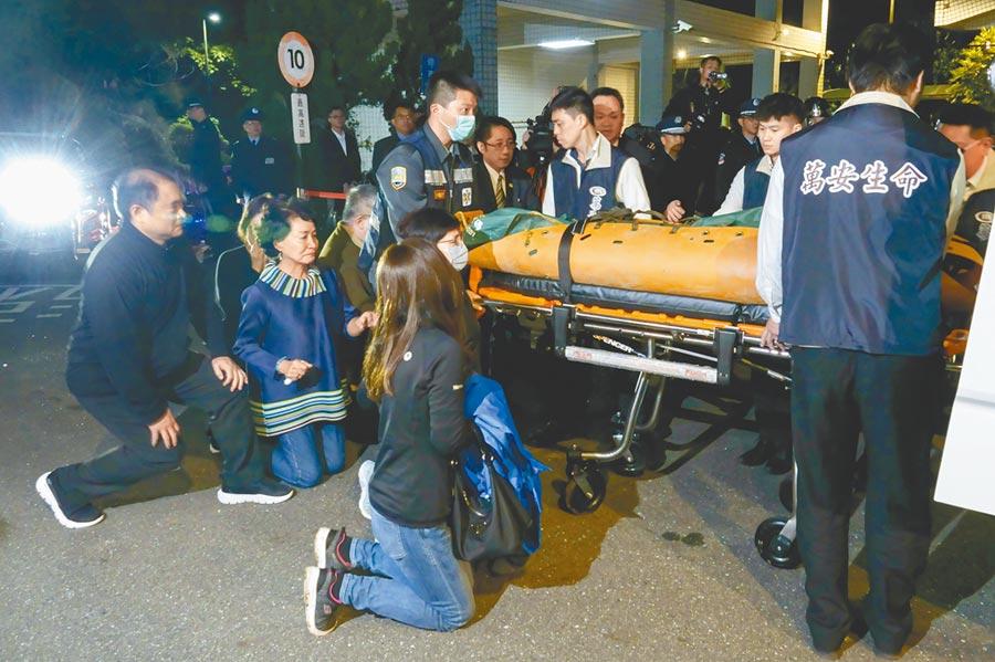 殉職的參謀總長沈一鳴遺體移靈回到台北三總懷德廳時,他的家屬在場跪地迎接。(黃子明攝)