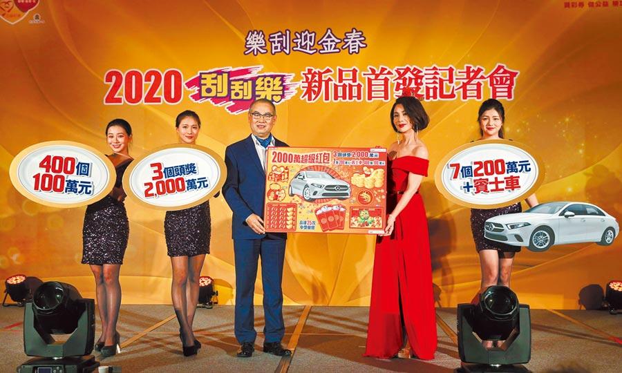 台灣彩券開年推出首波刮刮樂5款新品,總經理蔡國基(左三)表示,其中去年春節熱銷的「2000萬超級紅包」,發行金額從去年80億元增加到100億元,更邀請知名藝人陳美鳳(右二)代言。(王英豪攝)