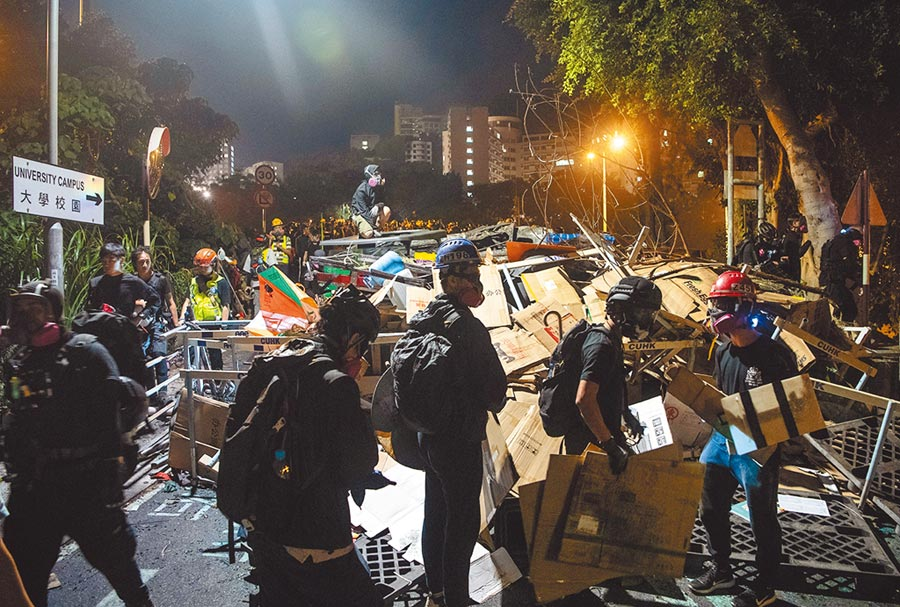 反送中大學校園示威令多所院校損傷慘重,重災區的中文大學重整校園耗費2.6億台幣。(中新社)