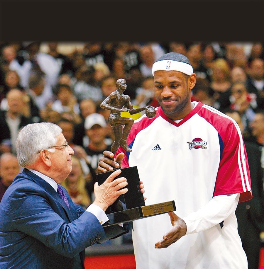 史騰(左)頒發2008-09球季MVP給「小皇帝」詹姆斯(右)。(美聯社資料照)