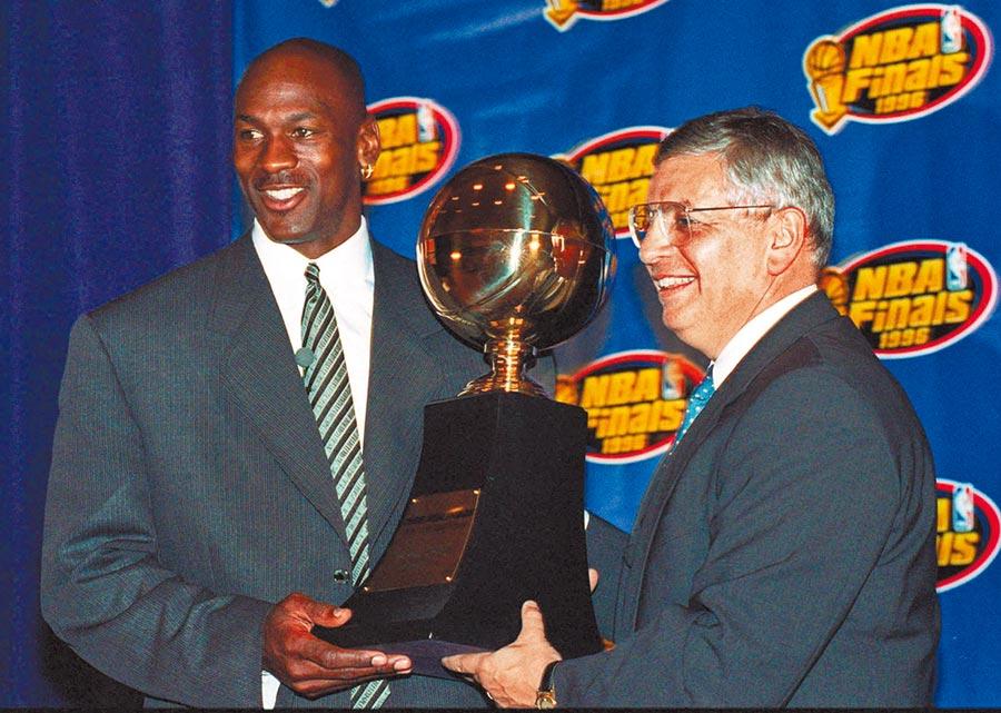 1996年史騰(右)頒發總冠軍賽MVP獎座給公牛隊「籃球大帝」喬丹(左),兩人合力把NBA推上高峰。(美聯社資料照)