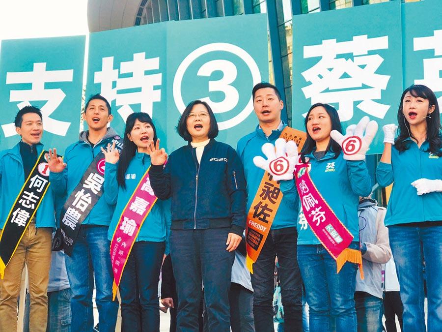 民進黨立委候選人吳怡農(左二)2日清早與7名同黨提名的北市立委候選人,共同和蔡英文總統(中)在台北小巨蛋前同台,打出「重量級最大咖女力」。(張穎齊攝)