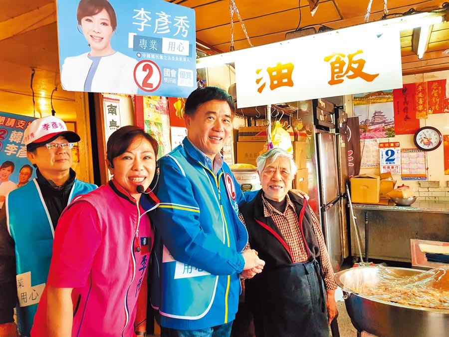 國民黨副主席郝龍斌(右二)2日陪同立委候選人李彥秀(左二)前往內湖737市場拜票,獲不少民眾熱情歡迎。(張立勳攝)