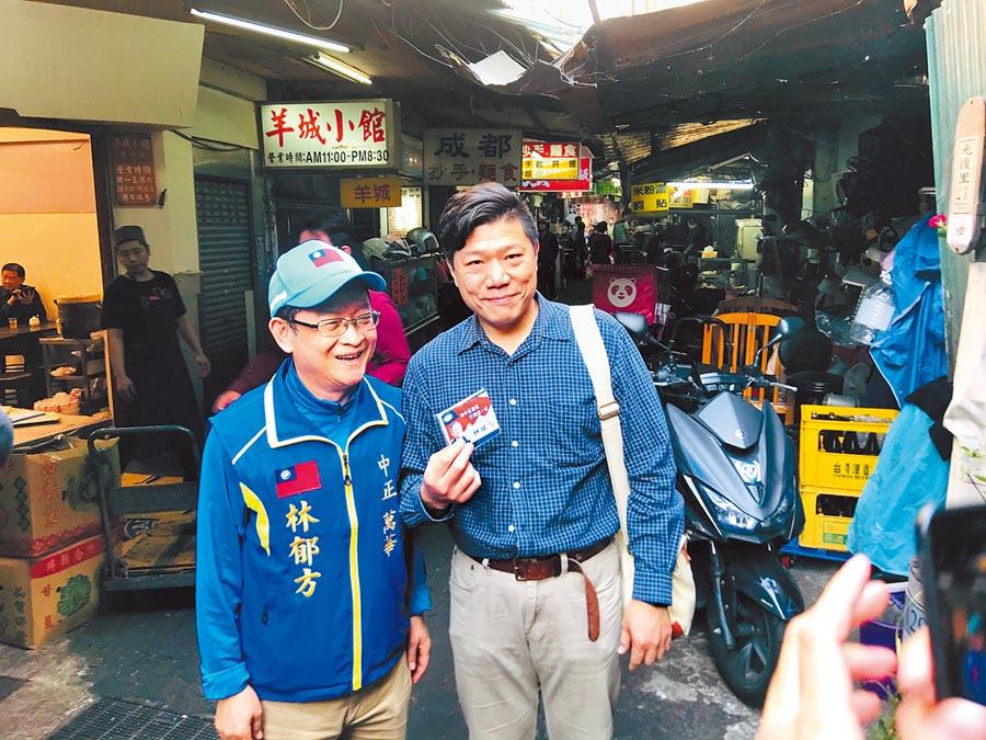 國民黨立委候選人林郁方(左)馬不停蹄橫掃選區內大街小巷,與民眾熱情合照,爭取支持。(張穎齊攝)