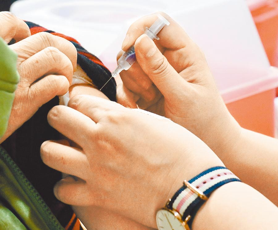 台北市立聯合醫院提醒,除接種流感疫苗外,65歲以上長者也應施打肺炎鏈球菌疫苗。(本報資料照片)