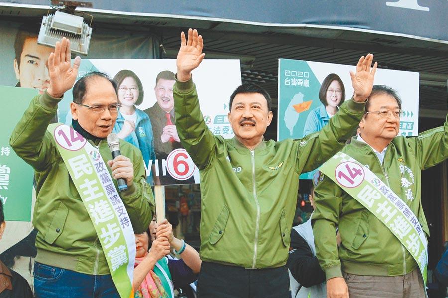 民進黨立委余天(中)2日上午至三重區台北橋下拜票。(戴上容攝)