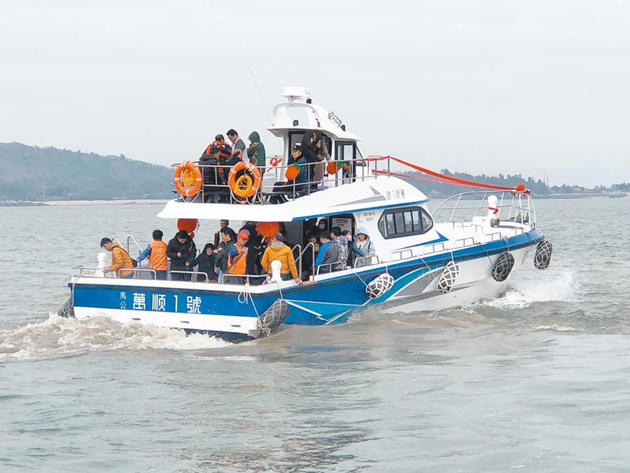 暢遊金門大、二膽島海上風光,全新遊艇「萬順一號」昨出海首航。(李金生攝)