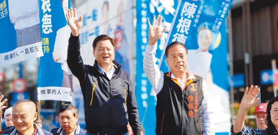 桃園市立委候選人陳根德(右)2日在龜山競選總部前,和前台北縣長周錫瑋(左)拜票,爭取民眾支持。(賴佑維攝)