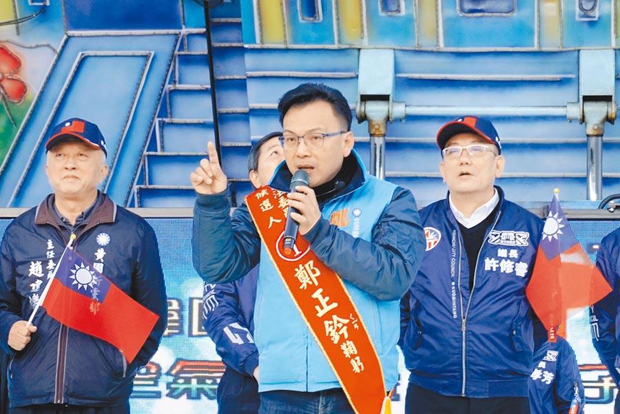 國民黨立委候選人鄭正鈐參加在香山區內湖夜市舉辦的「空氣城堡親子活動」,他並呼籲鄉親搶救自己、搶救中華民國。(陳育賢攝)