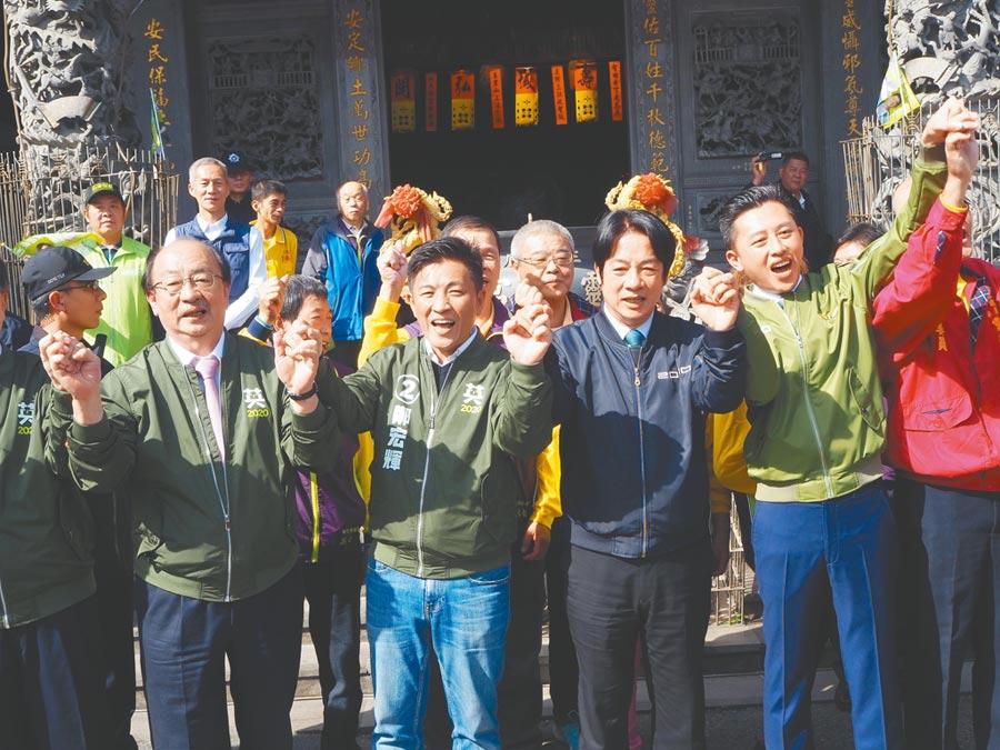 民進黨副總統候選人賴清德(右二)2日到新竹市為為立委候選鄭宏輝(左二)造勢,希望支持者集中選票,不能讓對手漁翁得利。(陳育賢攝)