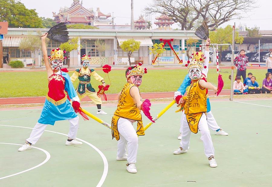 重寮社區活動中心新建工程動土儀式上,重寮國小的學童上演全台唯一的隍將舞表演。(呂妍庭攝)