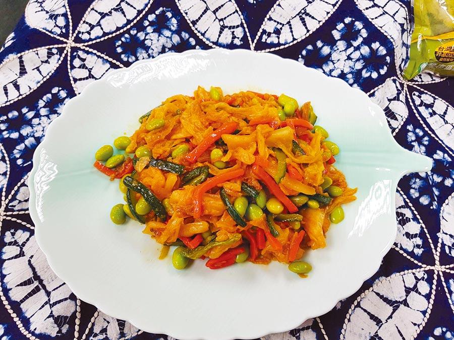新市區農會家政班員鄭雅倫的馬來西亞風味毛豆泡菜獲「台灣創意泡菜比賽」第3名。(劉秀芬攝)