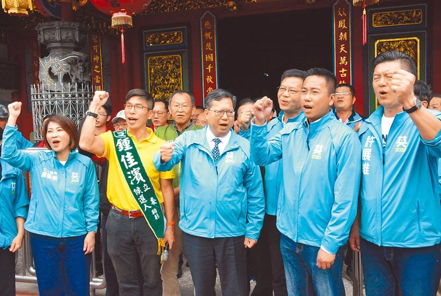 桃園市長鄭文燦(中)陪同立委鍾佳濱(左二)拜廟,期盼連任成功。(林和生攝)