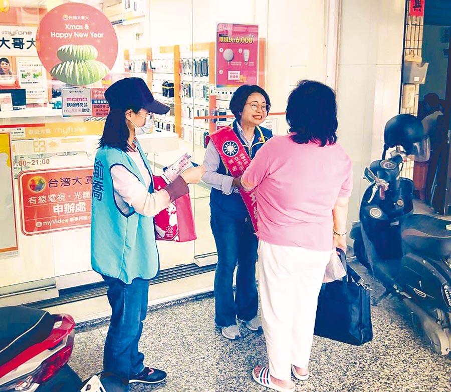 第一選區國民黨立委候選人王齡嬌(中)每天以徒步方式挨家挨戶拜訪里民。(林雅惠攝)