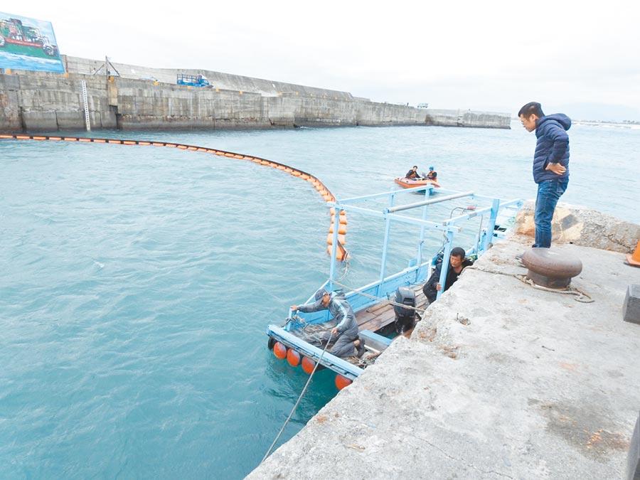 台東富岡漁港設下3層欄木索,漂流木積滿港口景象將成為絕響。(翻攝照片/楊漢聲台東傳真)