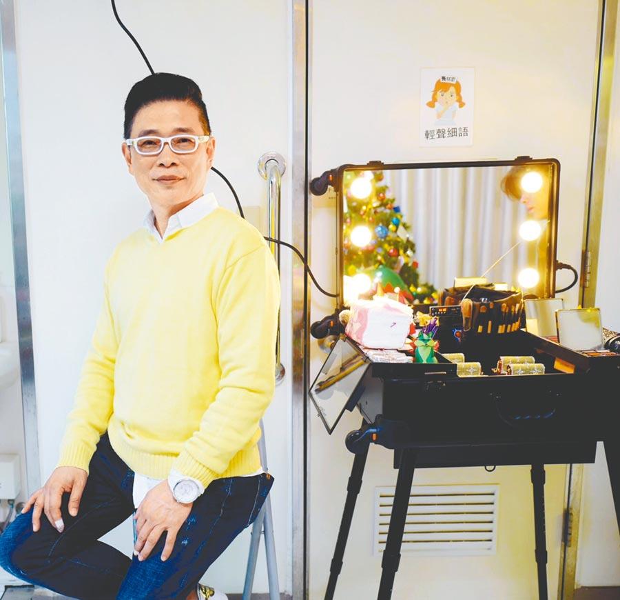 朱正生負責造型總監,讓病友們在精心準備的化妝台旁留下美麗影像。(朱正生提供)
