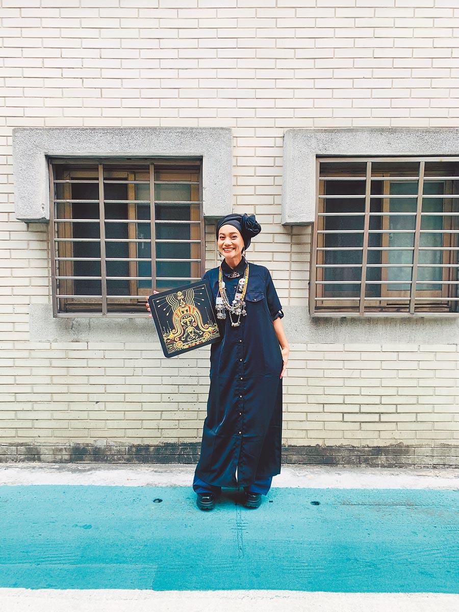 阿爆暌違3年推出全新創作專輯《kinakaian母親的舌頭》。(那屋瓦文化提供)
