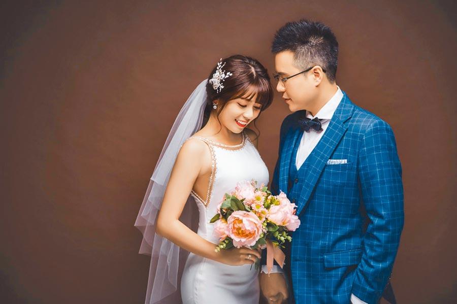 陳諺瑩(左)與未婚夫甜蜜拍婚紗照。(中天提供)