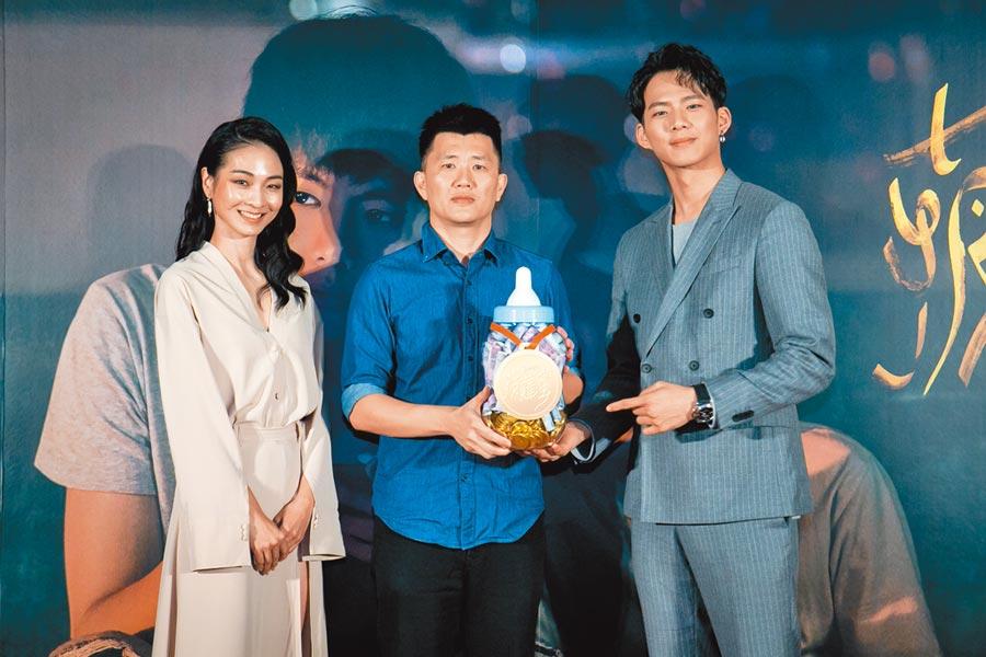 導演廖克發(中)喜獲麟兒,主演陳雪甄(左)、吳念軒特別獻上「金牌奶瓶」送祝福。(牽猴子提供)