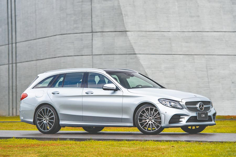 10.Mercedes-Benz The new C-ClassMercedes-Benz The new C-Class五門旅行車增加環景式內裝照明配備。(台灣賓士提供)