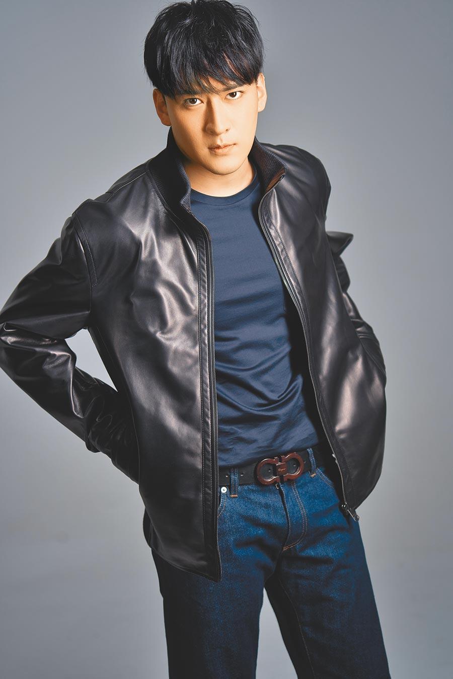 27歲的沈建宏,認為自己到了可穿皮衣的年紀。Ferragamo黑色皮衣12萬2000元,深藍色t-shirt 9900元,深藍色牛仔褲2萬1900元,黑色Gancio皮帶1萬5900元,AARON深藍色牛皮休閒鞋2萬3500元。(攝影/JOJ PHOTO)